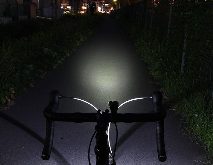 フリックフラッシュ800闇夜を照らすシリーズ最強の明るさ。800ルーメンの超高輝度フロントライト。画像