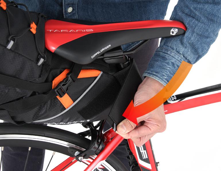 大容量サドルバッグバッグ固定方法画像