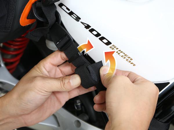 ターポリンツーリングシートバッグ【固定ベルトの余ったベルトの固定方法】画像