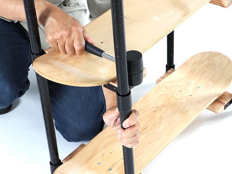 スチールラック支柱キット作成事例 その2:スケボーデッキで作る棚画像