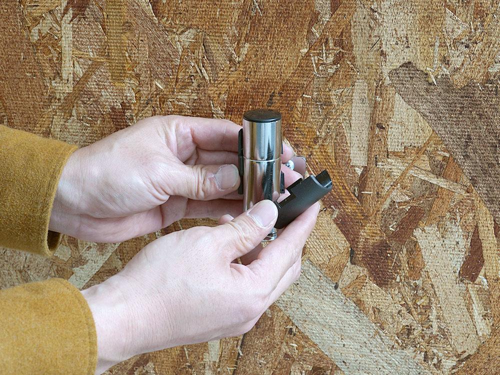 ヘルメットハンガー壁面への取り付け方法画像